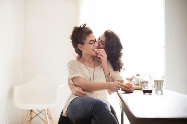 cómo enamorar a una mujer siendo mujer