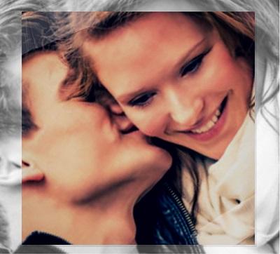 hombre besando en la mejilla a una mujer