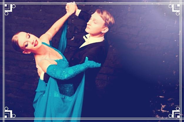 hombre con terno y mujer con vestido bailando juntos