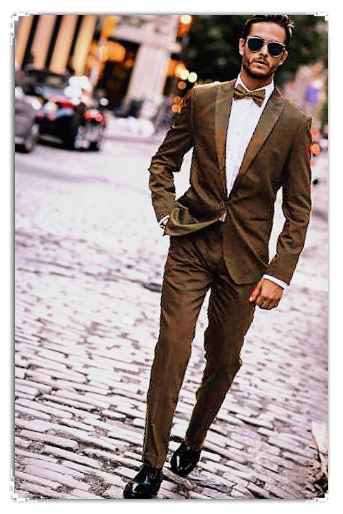 hombre con traje caminando por la calle