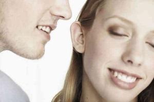 hombre susurrandole palabras al oido de una mujer