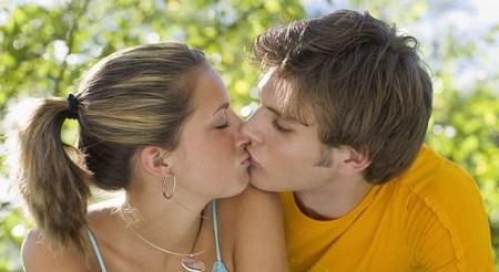 hombre y mujer besandose en un parque
