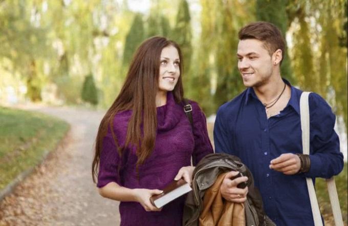 hombre y mujer caminando juntos en el parque
