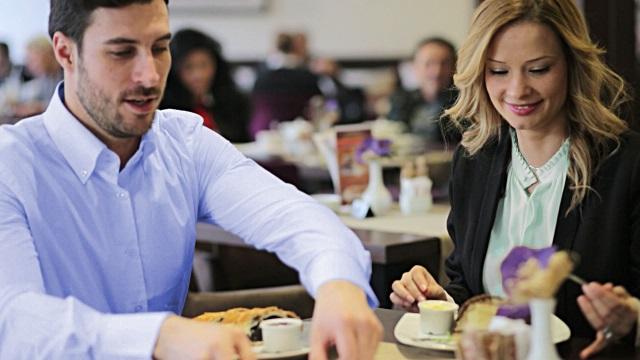 hombre y mujer comiendo juntos en un restaurante