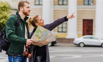 hombre y mujer en la calle con un mapa