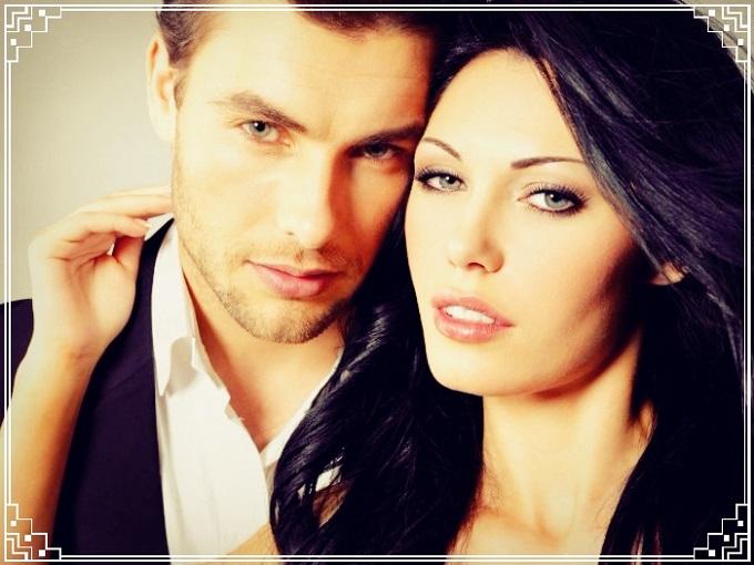 hombre y mujer posando juntos frente a la camara