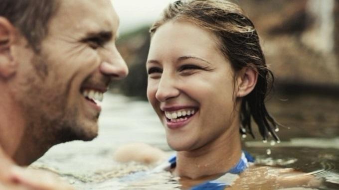 hombre y mujer riendose juntos en el mar