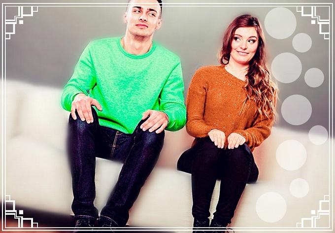 hombre y mujer sentados juntos en un sillón