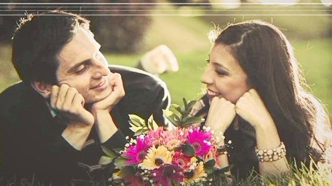hombre y mujer sonriendo y mirandose juntos en el parque