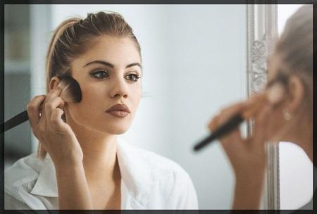 mujer arreglandose frente a un espejo