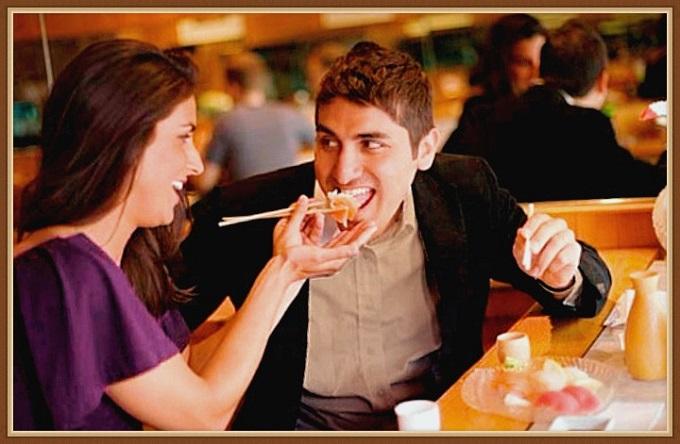 mujer dándole de comer en la boca a un hombre