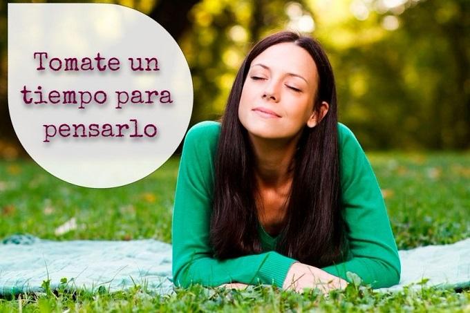 mujer pensando en el parque