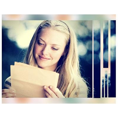 mujer recibiendo una carta de amor