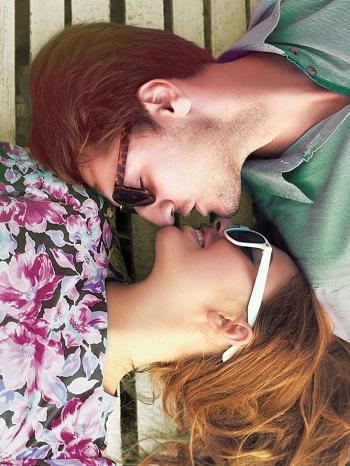 mujer y hombre besandose